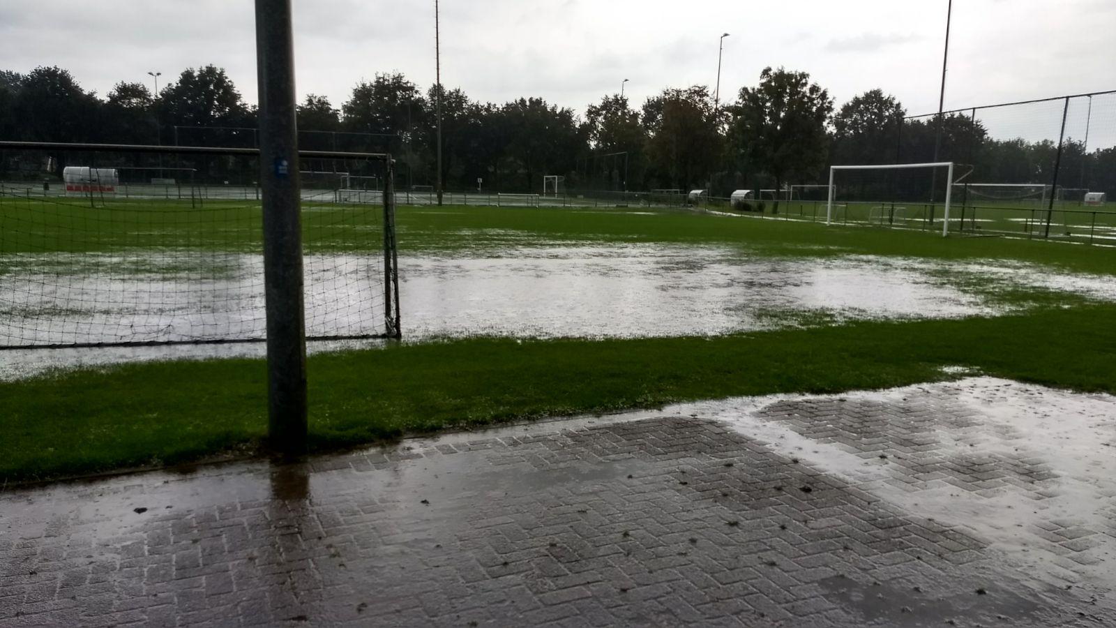 Grasvelden onder water, geen trainingen op natuurgras!